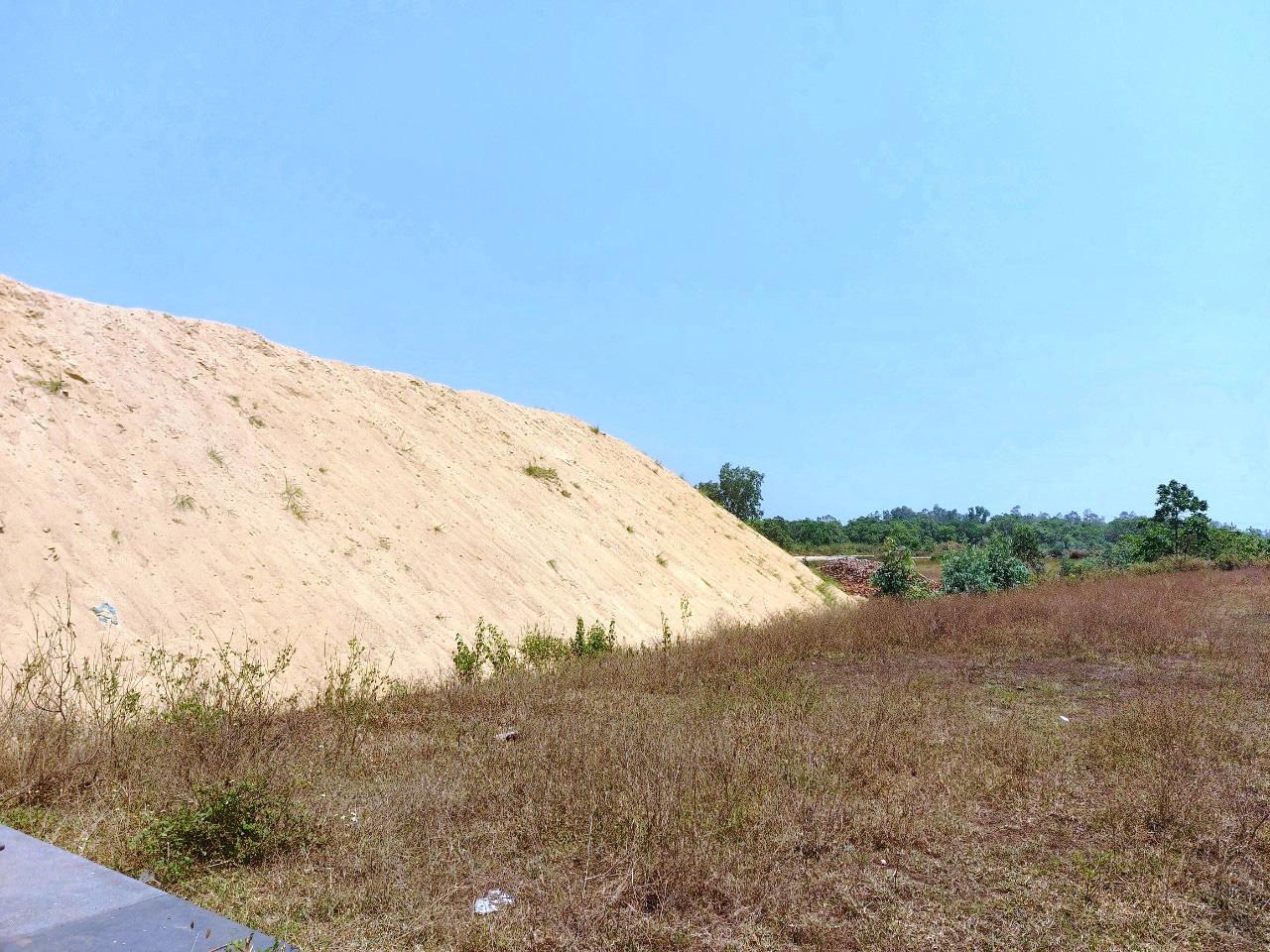 """Bình Định: """"Dẹp""""… hàng loạt bãi chứa cát mọc """"vô tội vạ"""" gây bức xúc - Ảnh 2."""