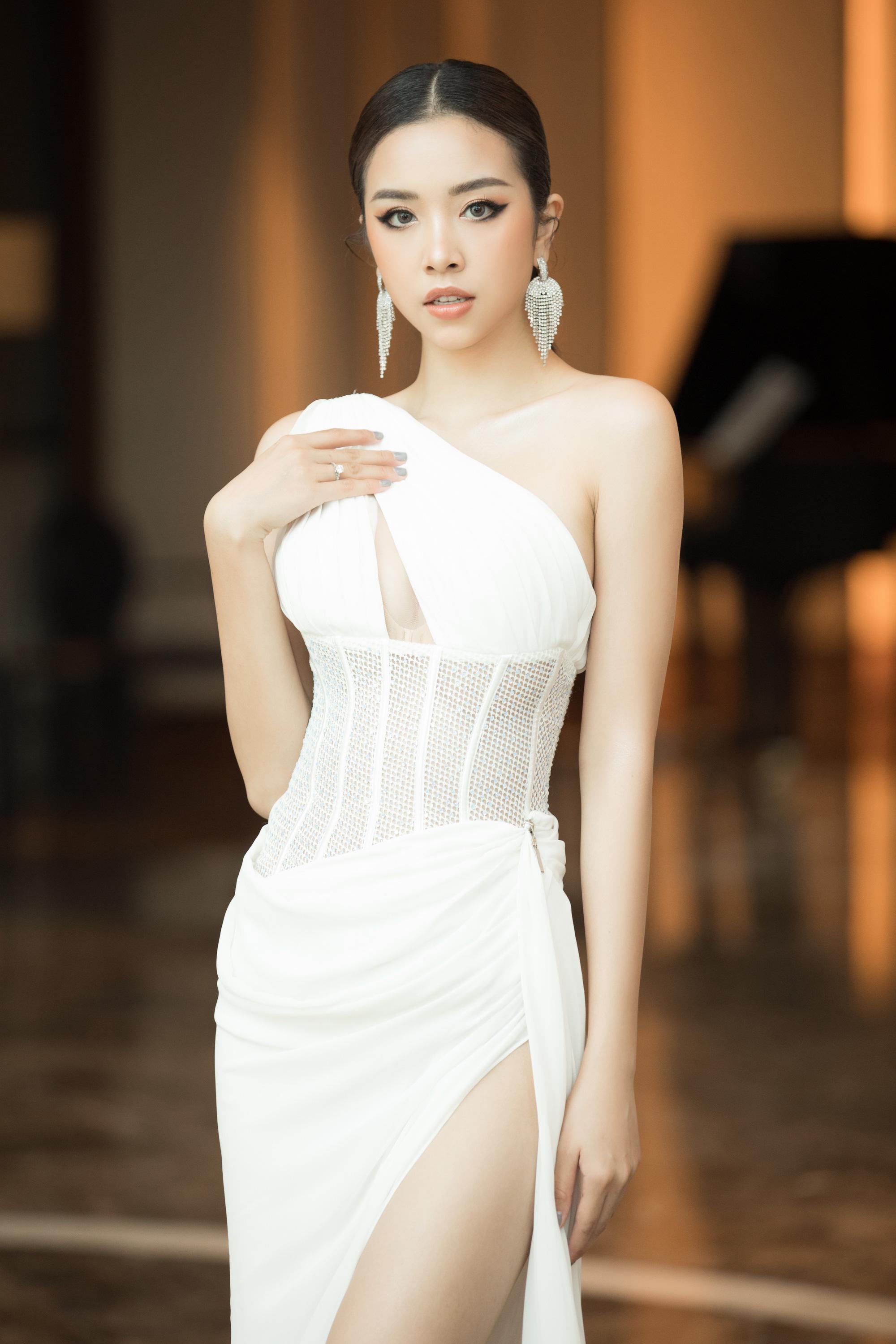4 Hoa hậu quyến rũ hút mắt nhờ váy xẻ cao, khoét lưng táo tạo: Lương Thùy Linh, Đỗ Thị Hà... - Ảnh 8.
