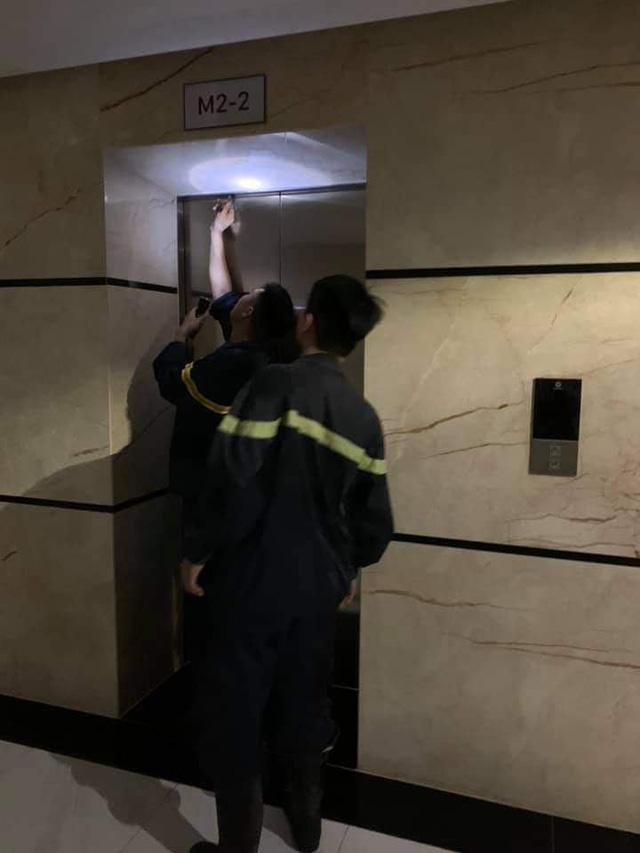 Mắc kẹt trong thang máy chung cư cao cấp gần 1 giờ, mẹ cùng con nhỏ hoảng loạn - Ảnh 2.