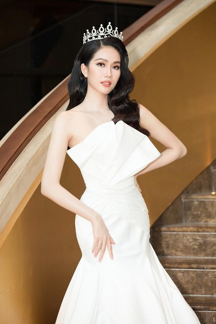 4 Hoa hậu quyến rũ hút mắt nhờ váy xẻ cao, khoét lưng táo tạo: Lương Thùy Linh, Đỗ Thị Hà... - Ảnh 9.