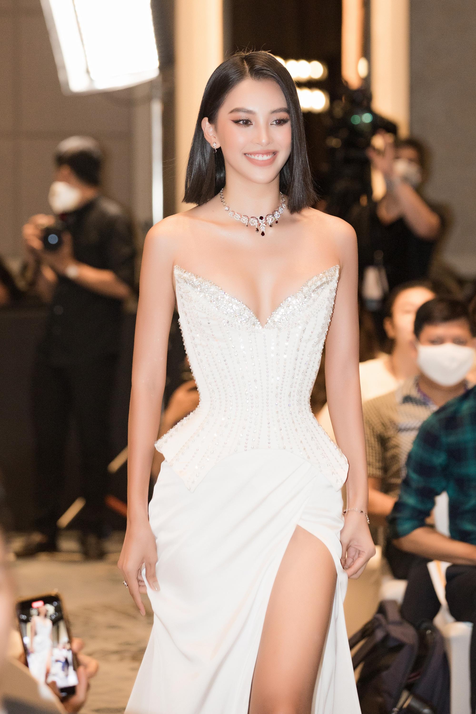 4 Hoa hậu quyến rũ hút mắt nhờ váy xẻ cao, khoét lưng táo tạo: Lương Thùy Linh, Đỗ Thị Hà... - Ảnh 3.