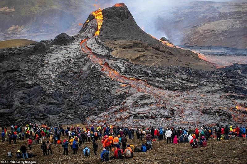Iceland: Chuyện như đùa, núi lửa đang phùn trào hàng nghìn du khách ùn ùn kéo đến làm điều này - Ảnh 2.