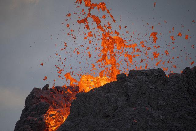 Iceland: Chuyện như đùa, núi lửa đang phùn trào hàng nghìn du khách ùn ùn kéo đến làm điều này - Ảnh 1.