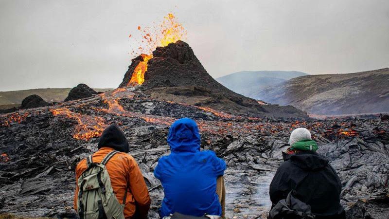 Iceland: Chuyện như đùa, núi lửa đang phùn trào hàng nghìn du khách ùn ùn kéo đến làm điều này - Ảnh 3.