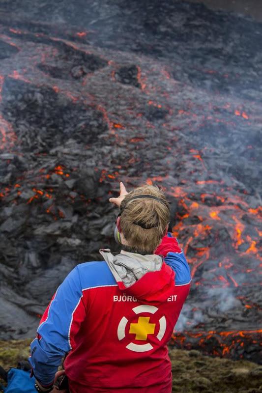 Iceland: Chuyện như đùa, núi lửa đang phùn trào hàng nghìn du khách ùn ùn kéo đến làm điều này - Ảnh 5.
