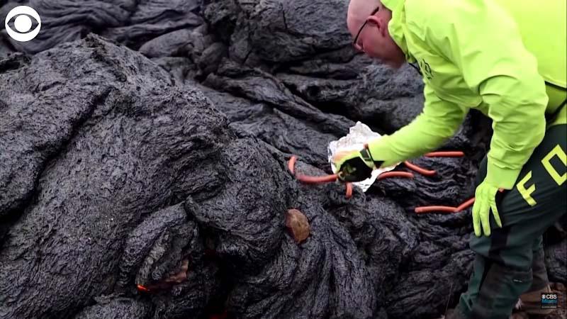 Iceland: Chuyện như đùa, núi lửa đang phùn trào hàng nghìn du khách ùn ùn kéo đến làm điều này - Ảnh 4.