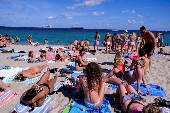"""Mỹ: Các bãi biển Florida lại quá tải du khách và """"những kẻ phá đám mùa Xuân"""" - Ảnh 1."""