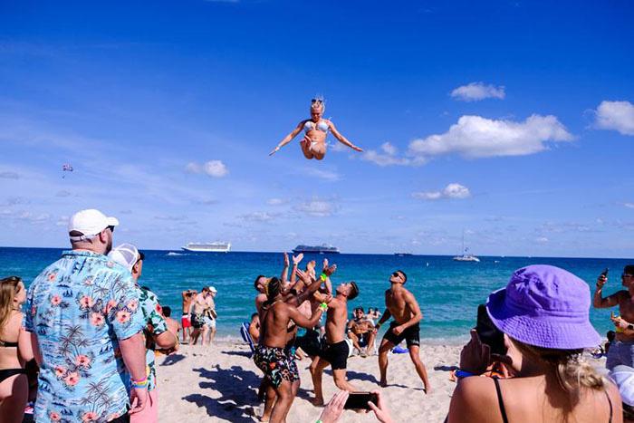 """Mỹ: Các bãi biển Florida lại quá tải du khách và """"những kẻ phá đám mùa Xuân"""" - Ảnh 2."""