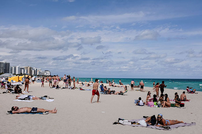"""Mỹ: Các bãi biển Florida lại quá tải du khách và """"những kẻ phá đám mùa Xuân"""" - Ảnh 3."""