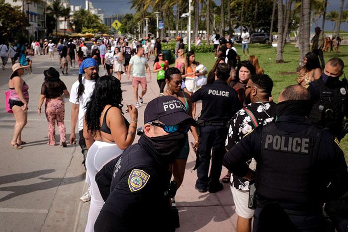 """Mỹ: Các bãi biển Florida lại quá tải du khách và """"những kẻ phá đám mùa Xuân"""" - Ảnh 7."""