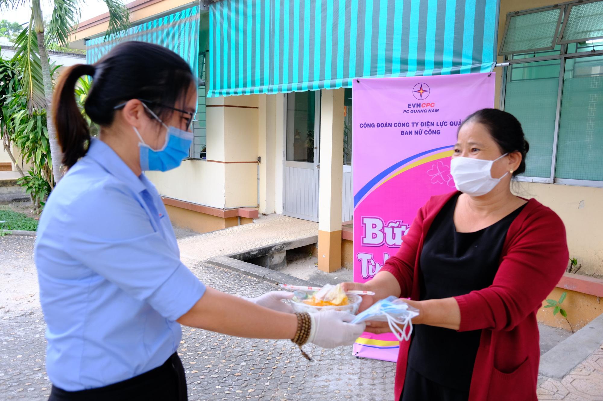 Quảng Nam: Công ty Điện lực trao 250 suất ăn cho bệnh nhân nghèo nhân ngày kỷ niệm phụ nữ 8/3 - Ảnh 2.