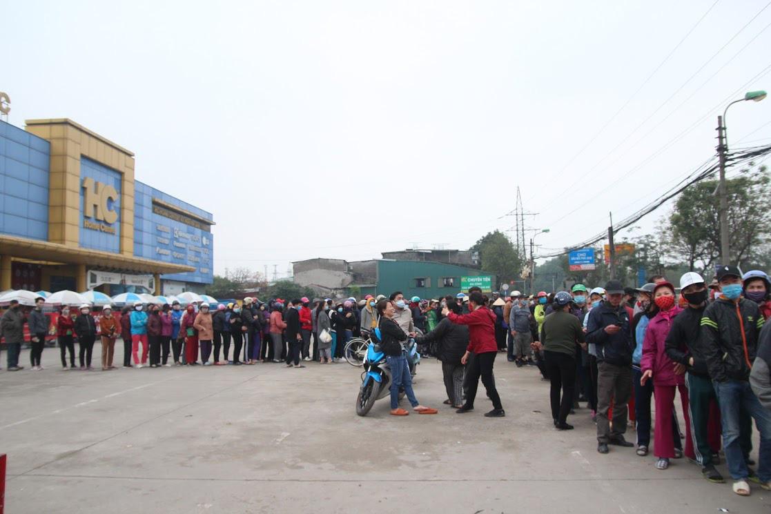 Người Hà Nội xếp hàng dài hàng trăm mét vài tiếng đồng hồ, trực chờ 'giải cứu' gà đồi Hải Dương - Ảnh 2.