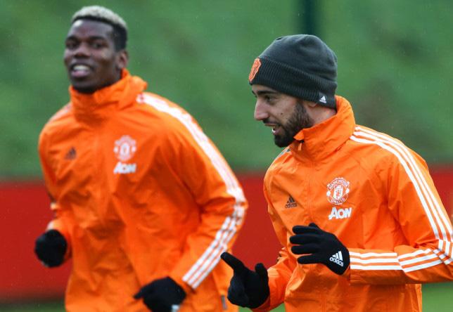 Pogba bị lu mờ trước Fernandes.