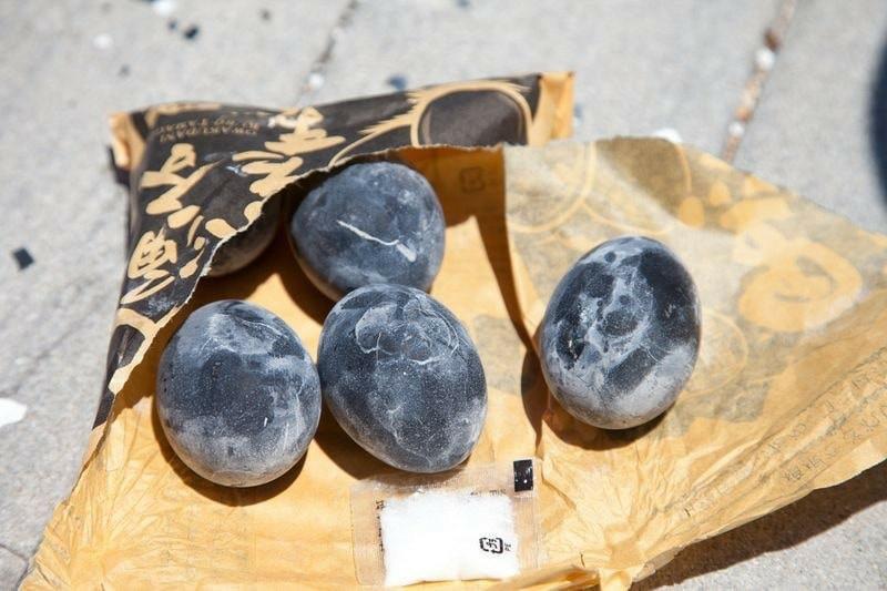 Quả trứng đen sì sì được luộc trong thứ nước kỳ lạ, ăn 1 quả thọ thêm 7 năm - Ảnh 5.