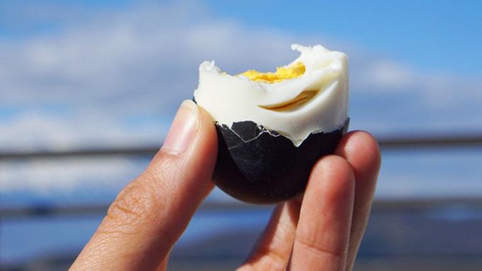 Quả trứng đen sì sì được luộc trong thứ nước kỳ lạ, ăn 1 quả thọ thêm 7 năm - Ảnh 1.