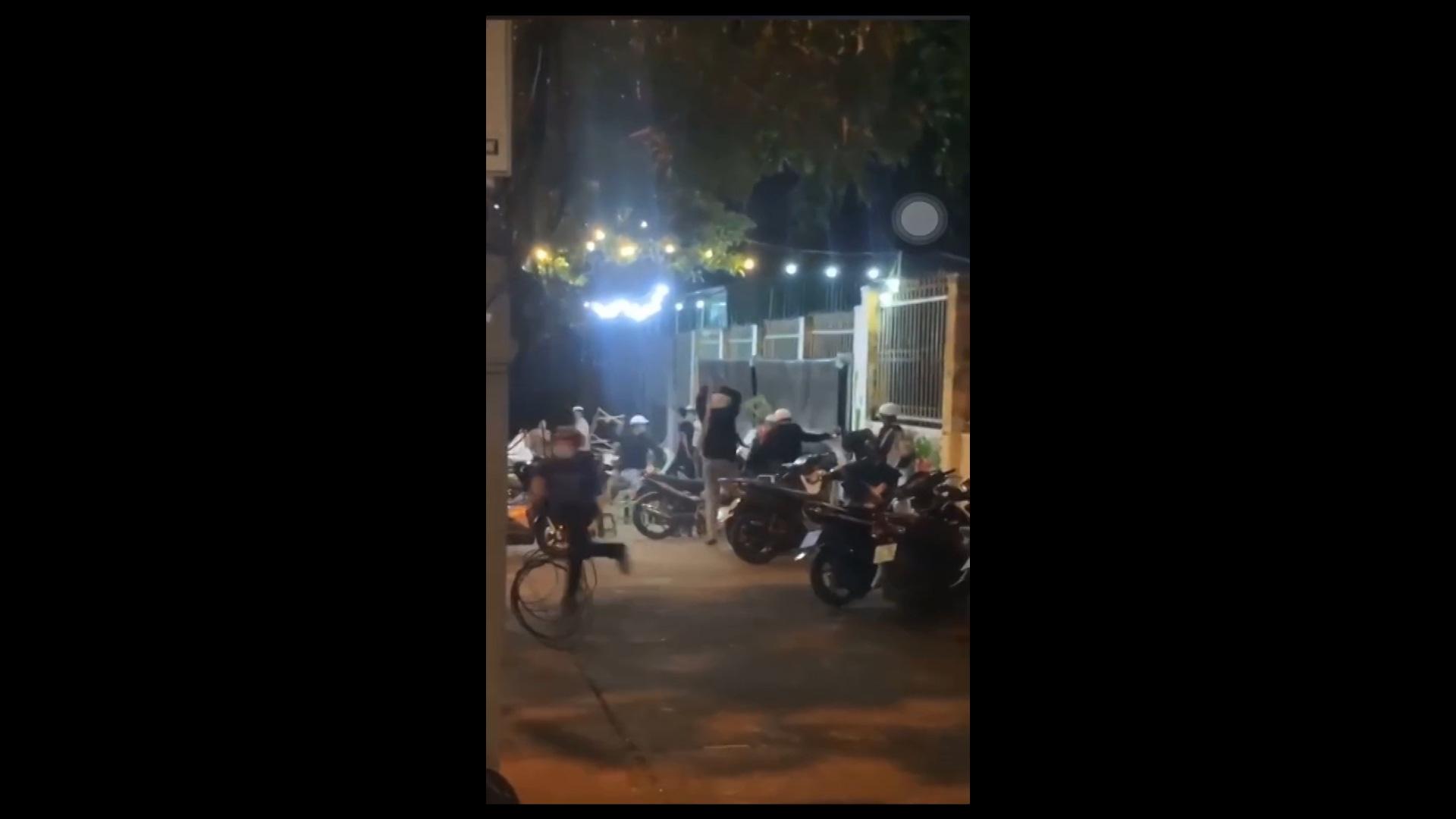 Đắk Lắk: Hai nhóm học sinh đánh nhau náo loạn trên đường phố - Ảnh 4.
