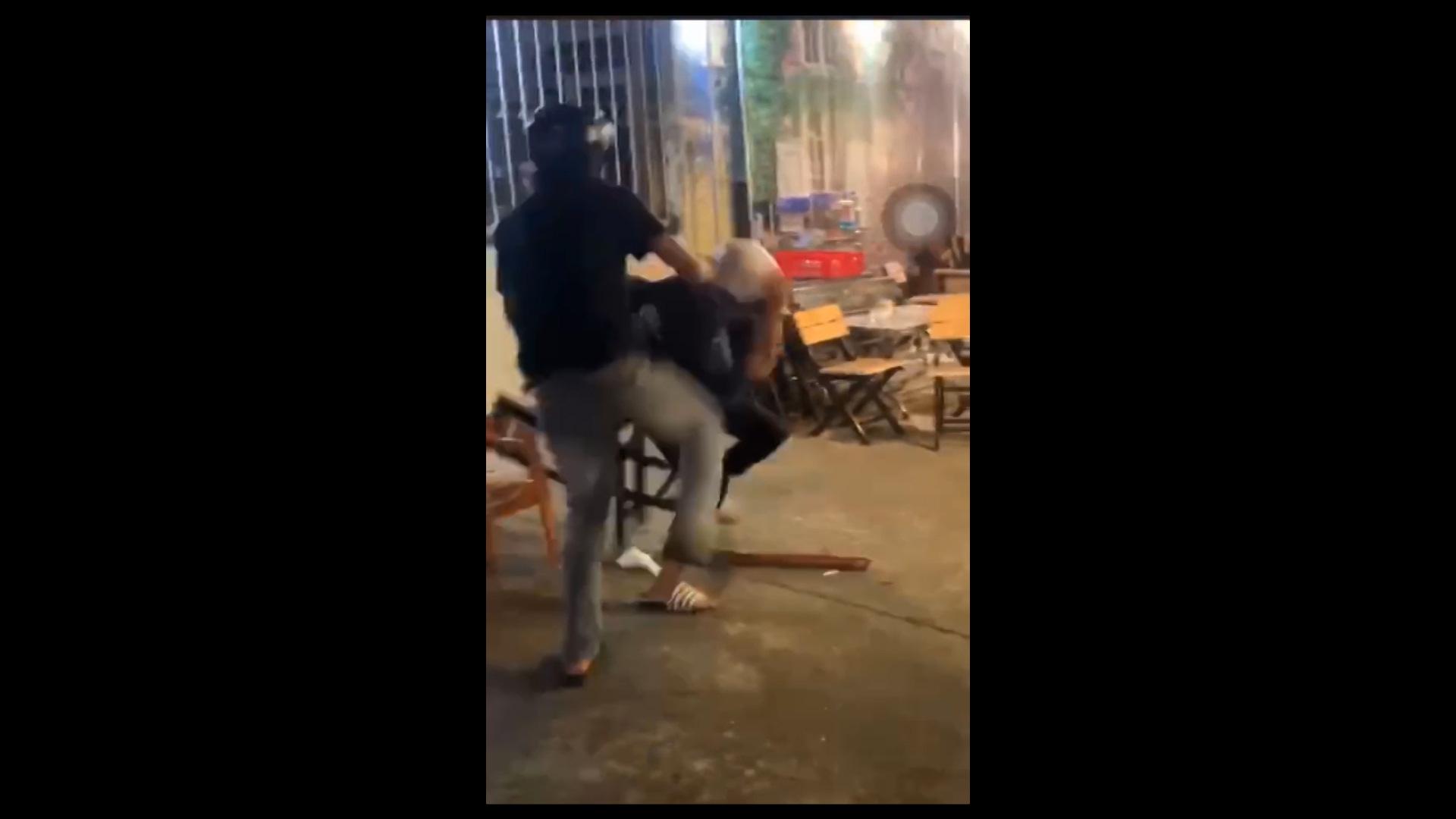 Đắk Lắk: Hai nhóm học sinh đánh nhau náo loạn trên đường phố - Ảnh 2.