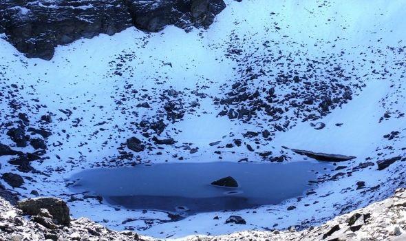 Rùng mình hồ nước cổ chứa đầy xương người giữa 'lưng chừng trời' khiến giới khoa học đau đầu - Ảnh 1.