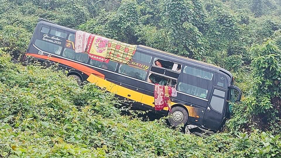 Quảng Bình: Hơn 20 hành khách đập cửa kính, thoát khỏi xe khách lao xuống vực - Ảnh 1.