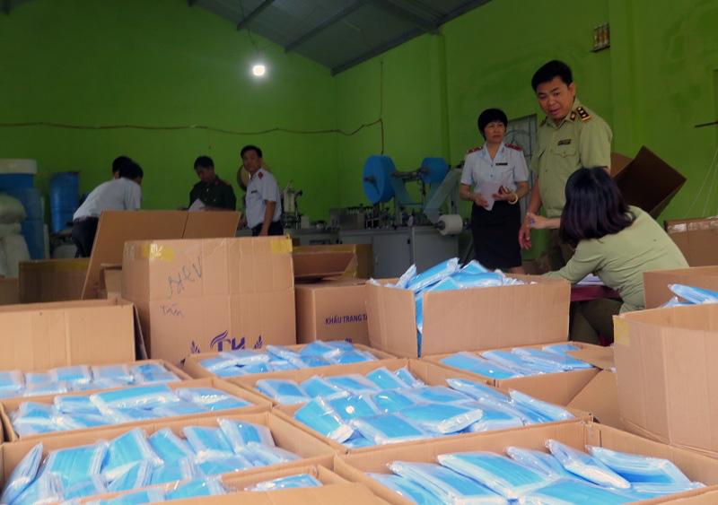 Phú Yên chú trọng kiểm soát các mặt hàng phòng chống dịch COVID-19 - Ảnh 1.