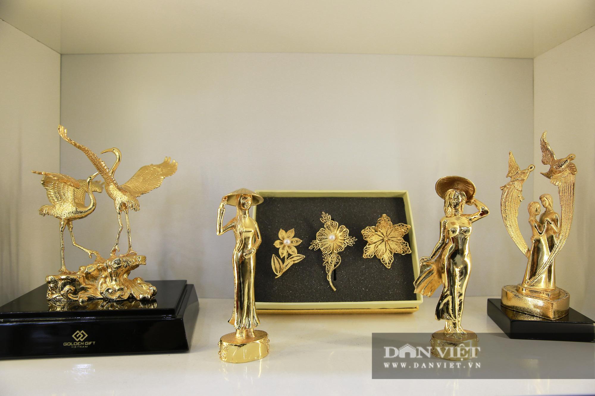 Thị trường quà tặng 8/3: Hoa, tranh, khuy cài áo mạ vàng cực đắt lên ngôi - Ảnh 1.