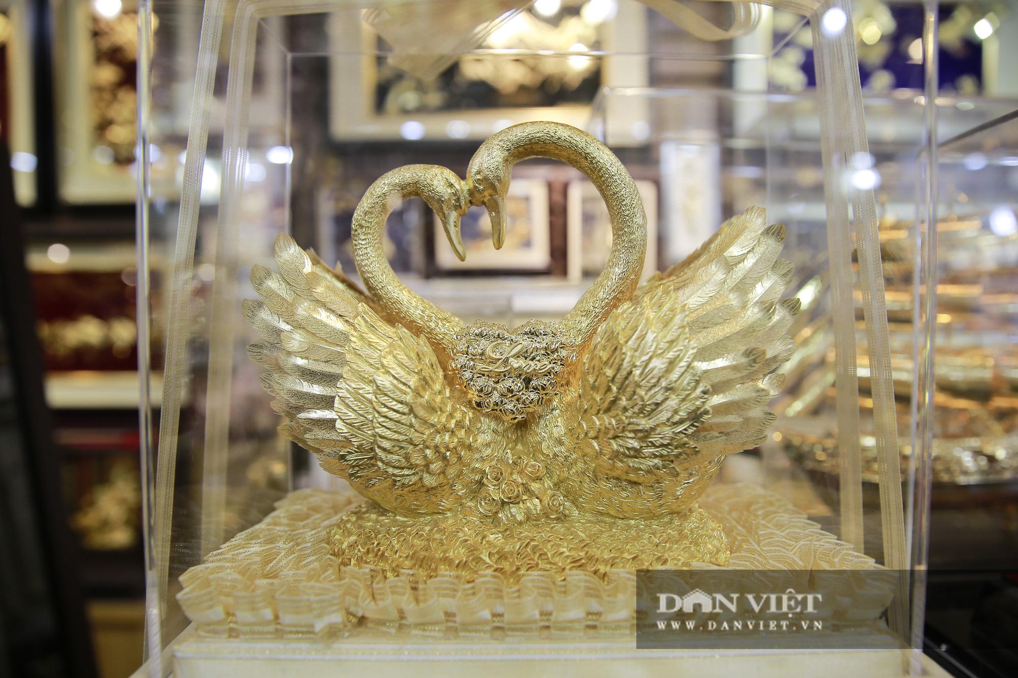 Thị trường quà tặng 8/3: Hoa, tranh, khuy cài áo mạ vàng cực đắt lên ngôi - Ảnh 12.