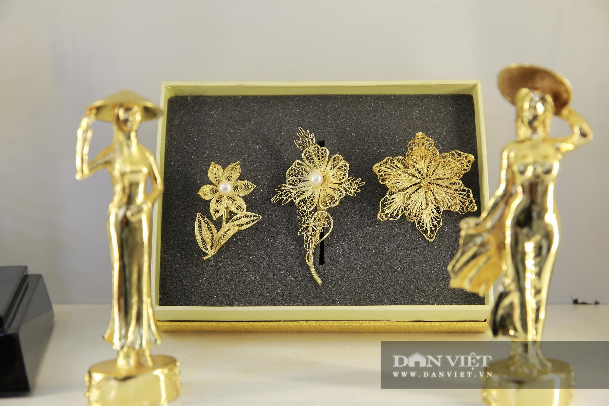 Thị trường quà tặng 8/3: Hoa, tranh, khuy cài áo mạ vàng cực đắt lên ngôi - Ảnh 3.
