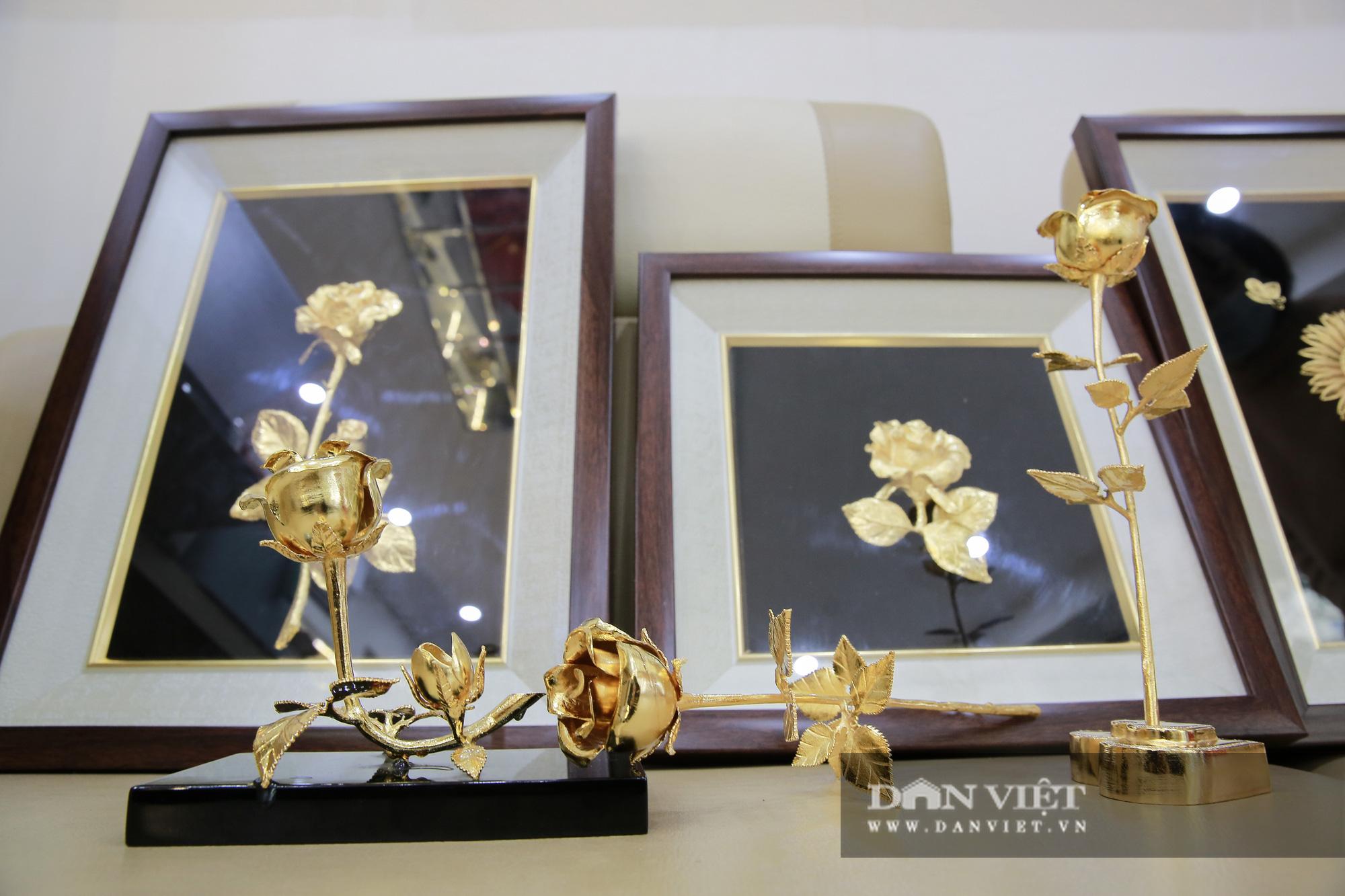 Thị trường quà tặng 8/3: Hoa, tranh, khuy cài áo mạ vàng cực đắt lên ngôi - Ảnh 4.
