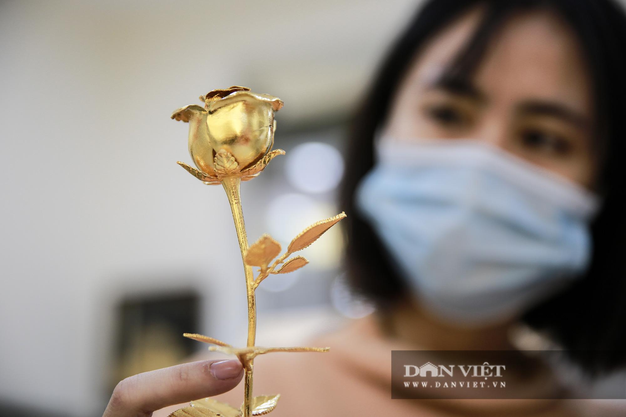 Thị trường quà tặng 8/3: Hoa, tranh, khuy cài áo mạ vàng cực đắt lên ngôi - Ảnh 5.