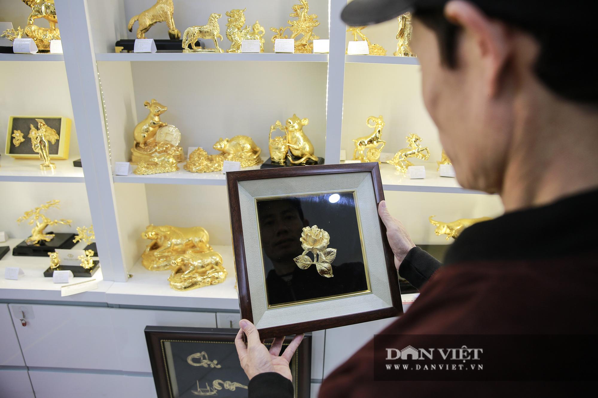 Thị trường quà tặng 8/3: Hoa, tranh, khuy cài áo mạ vàng cực đắt lên ngôi - Ảnh 6.