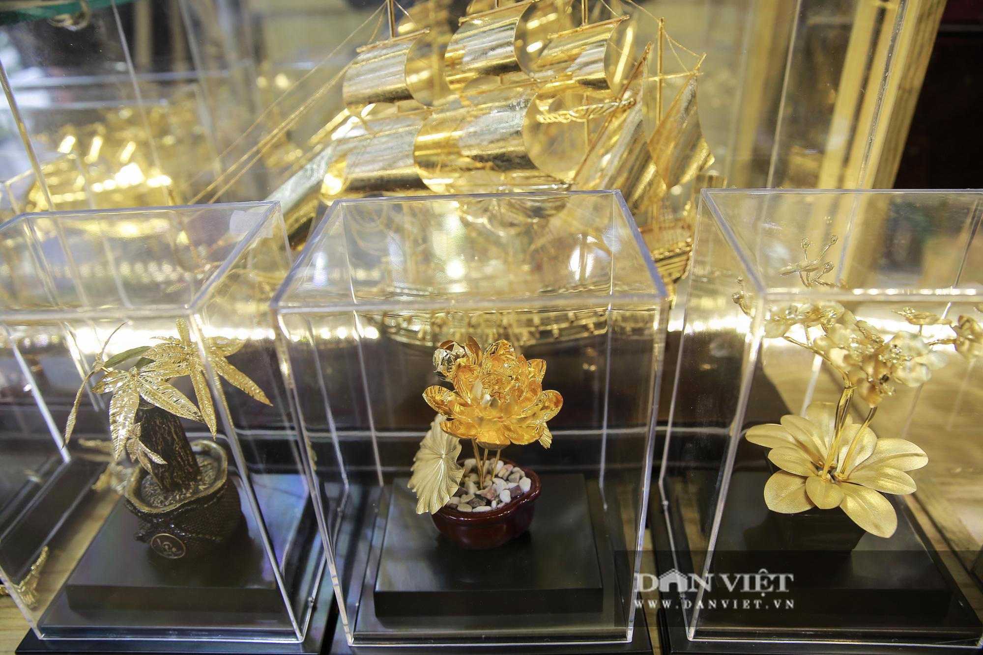 Thị trường quà tặng 8/3: Hoa, tranh, khuy cài áo mạ vàng cực đắt lên ngôi - Ảnh 8.