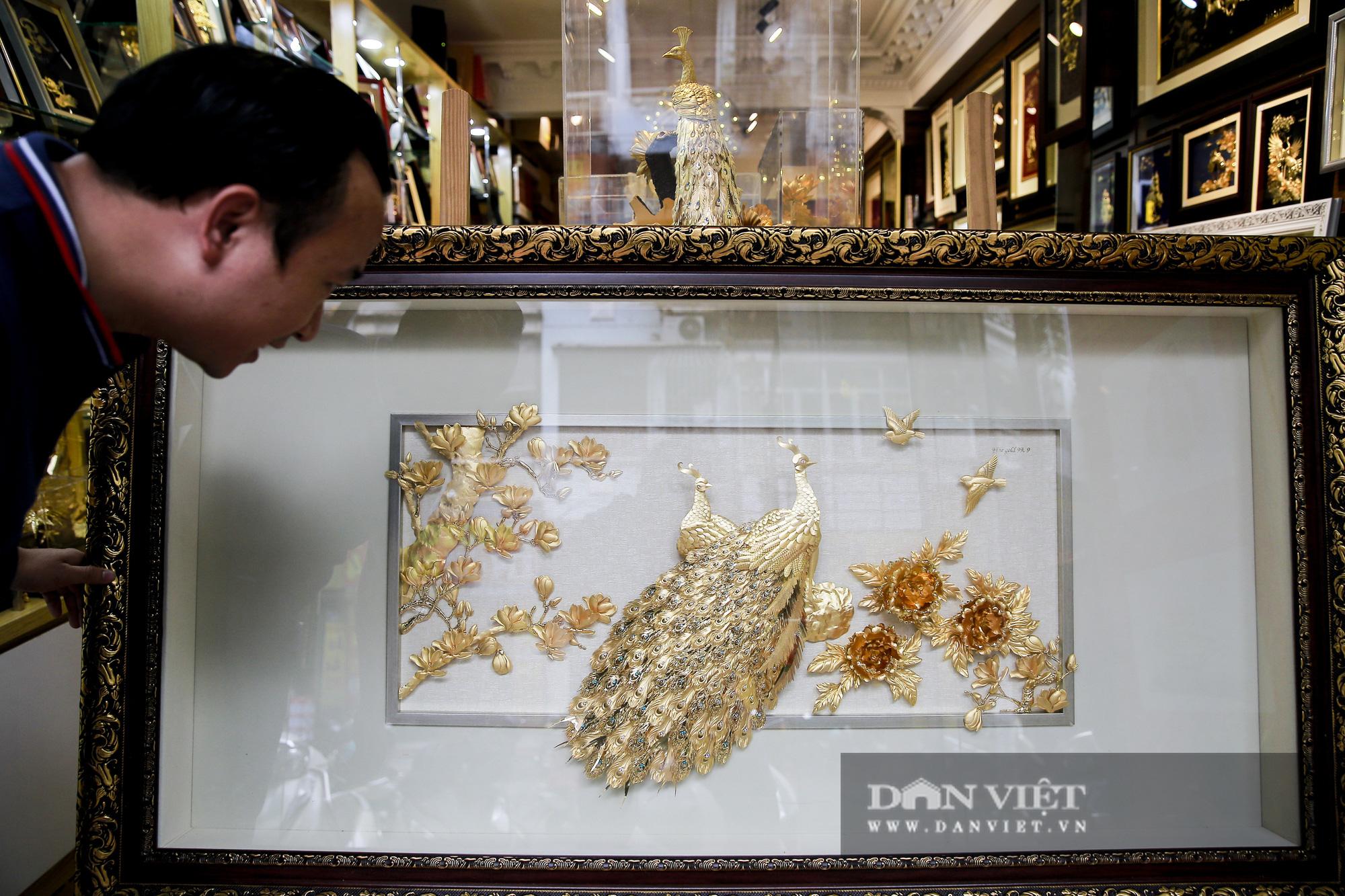 Thị trường quà tặng 8/3: Hoa, tranh, khuy cài áo mạ vàng cực đắt lên ngôi - Ảnh 9.