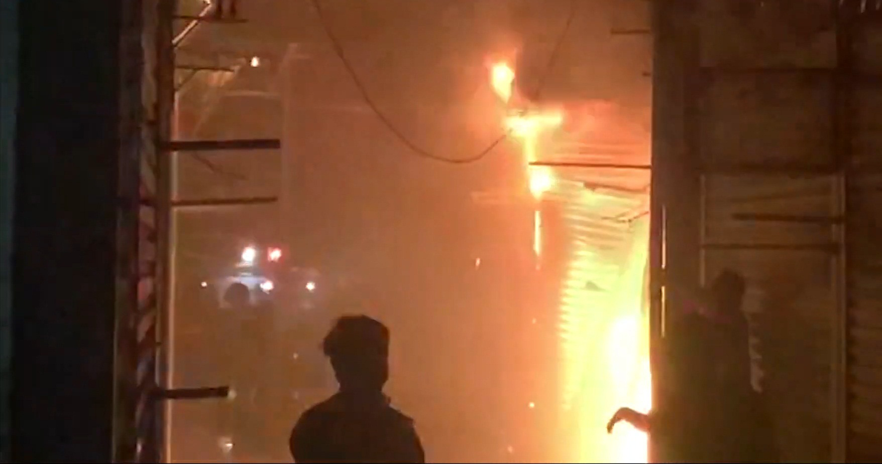 Điện Biên: Cháy lớn tại chợ Noong Bua, cả chục ki-ốt bị thiêu rụi hoàn toàn - Ảnh 3.