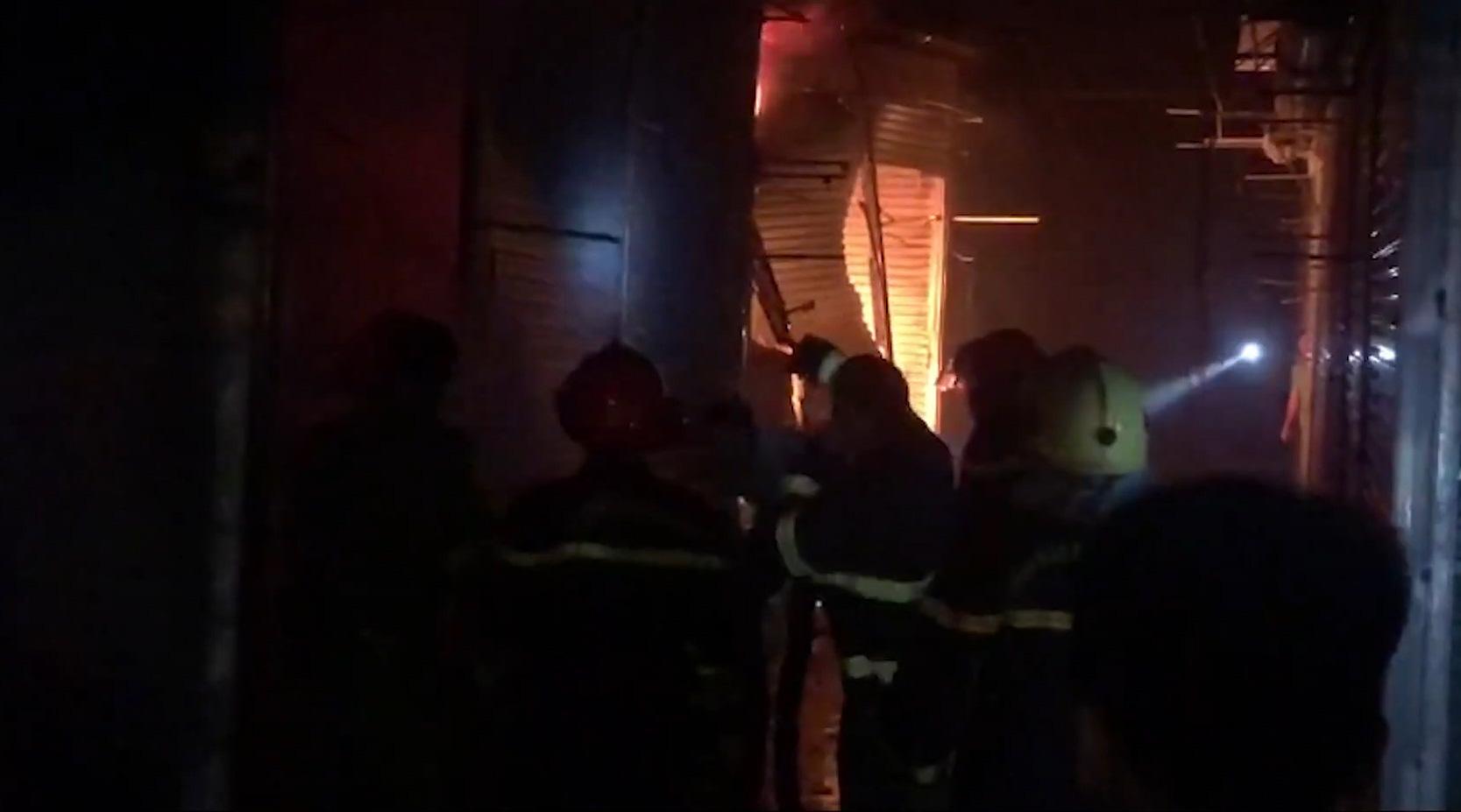 Điện Biên: Cháy lớn tại chợ Noong Bua, cả chục ki-ốt bị thiêu rụi hoàn toàn - Ảnh 2.