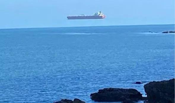 Sốc: Tàu 'ma' lơ lửng trên biển khiến nhiều người hoảng sợ - Ảnh 1.