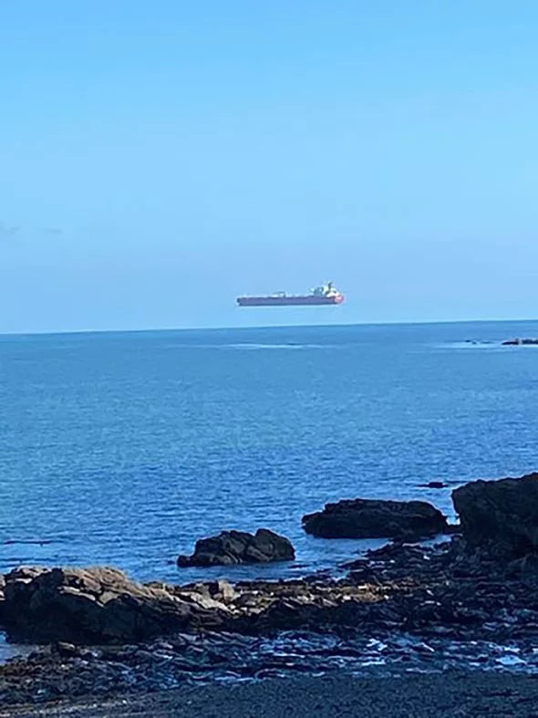 Sốc: Tàu 'ma' lơ lửng trên biển khiến nhiều người hoảng sợ - Ảnh 2.