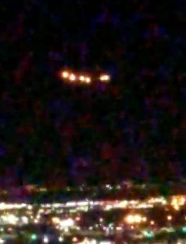 """Phát hiện """"UFO khổng lồ"""" bay lơ lửng trên bầu trời Las Vegas - Ảnh 1."""