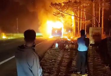 Xe khách giường nằm cháy rụi khi đang lưu thông - Ảnh 1.