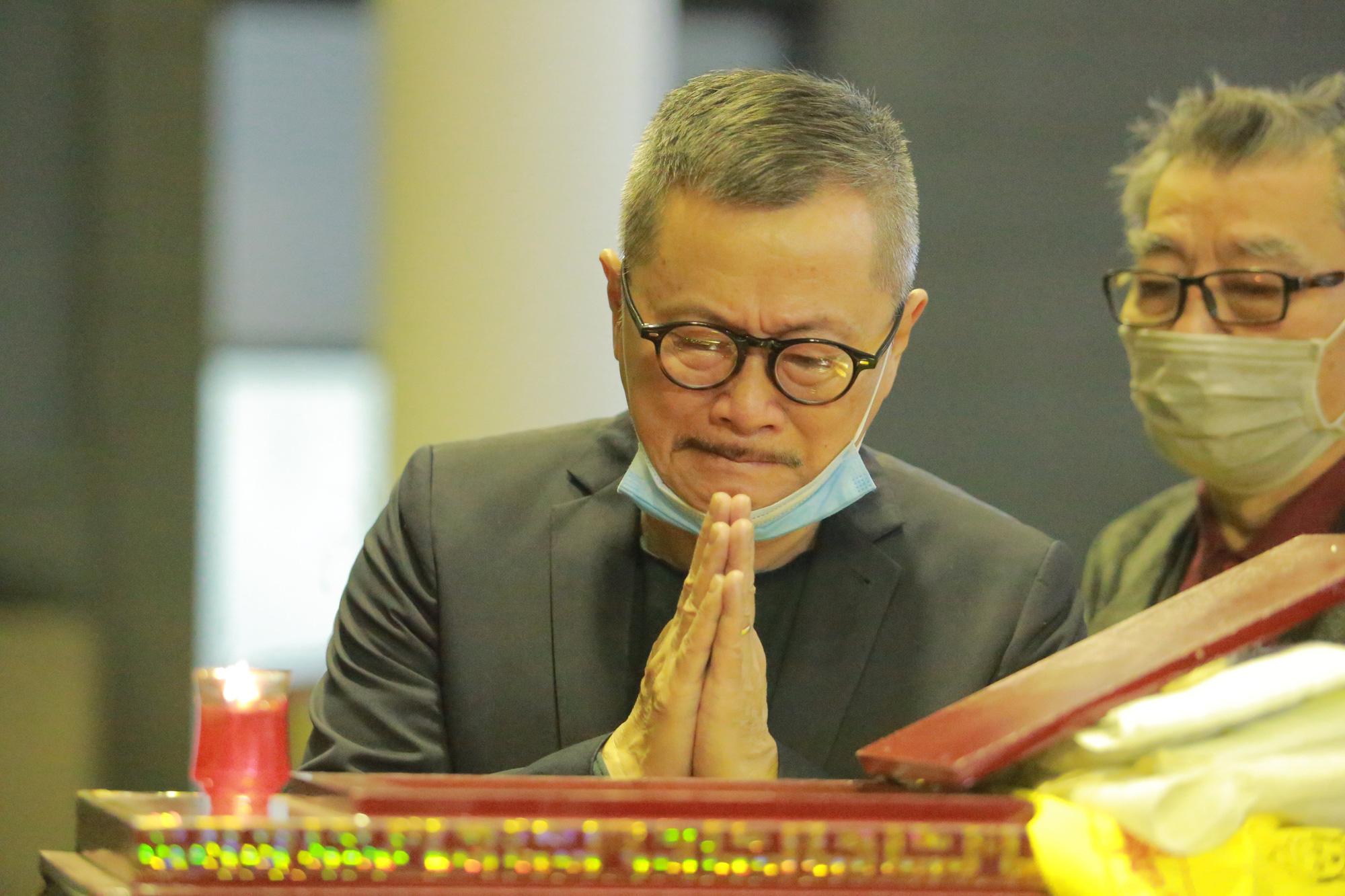 """NSND Thu Hà, Trung Hiếu khóc nghẹn khi đến tiễn đưa """"bố"""" Trần Hạnh về nơi an nghỉ - Ảnh 6."""