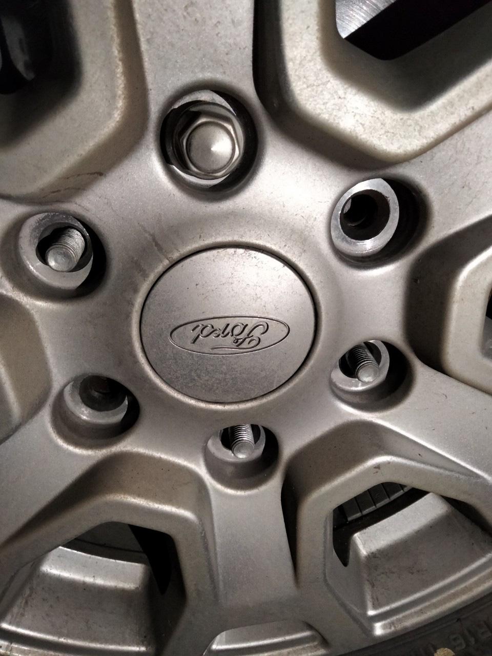 Ford Ranger gãy ốc của bánh sau 3 tháng mua, chủ xe hoang mang - Ảnh 2.
