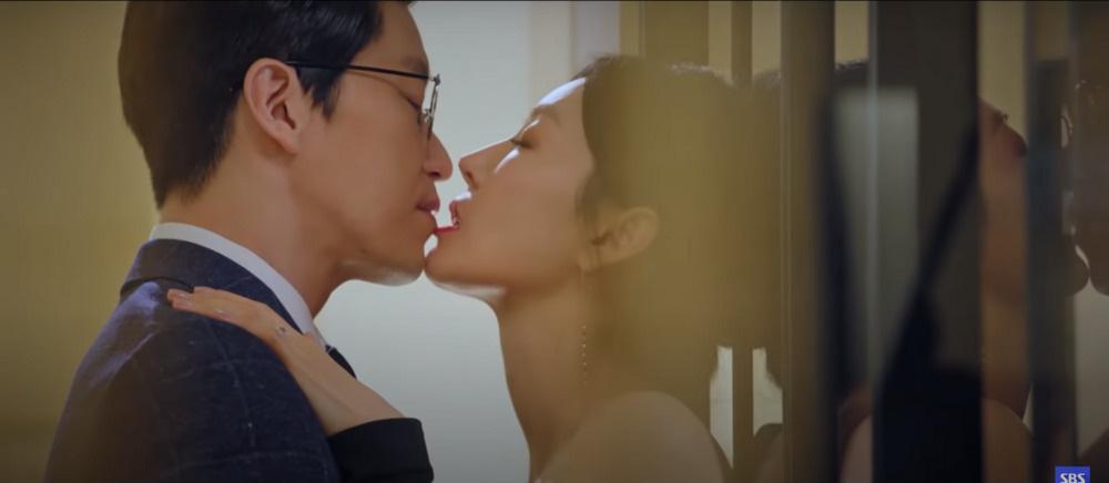 """Nam tài tử Hàn Quốc thừa nhận mất bình tĩnh khi xem Kim So Yeon hôn bạn diễn trong """"Penthouse: Cuộc chiến thượng lưu"""" - Ảnh 1."""