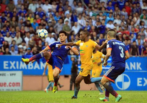 Tiền đạo Nigeria nhập tịch Việt Nam: 10 năm đá V.League, kiếm cả gia tài - Ảnh 1.