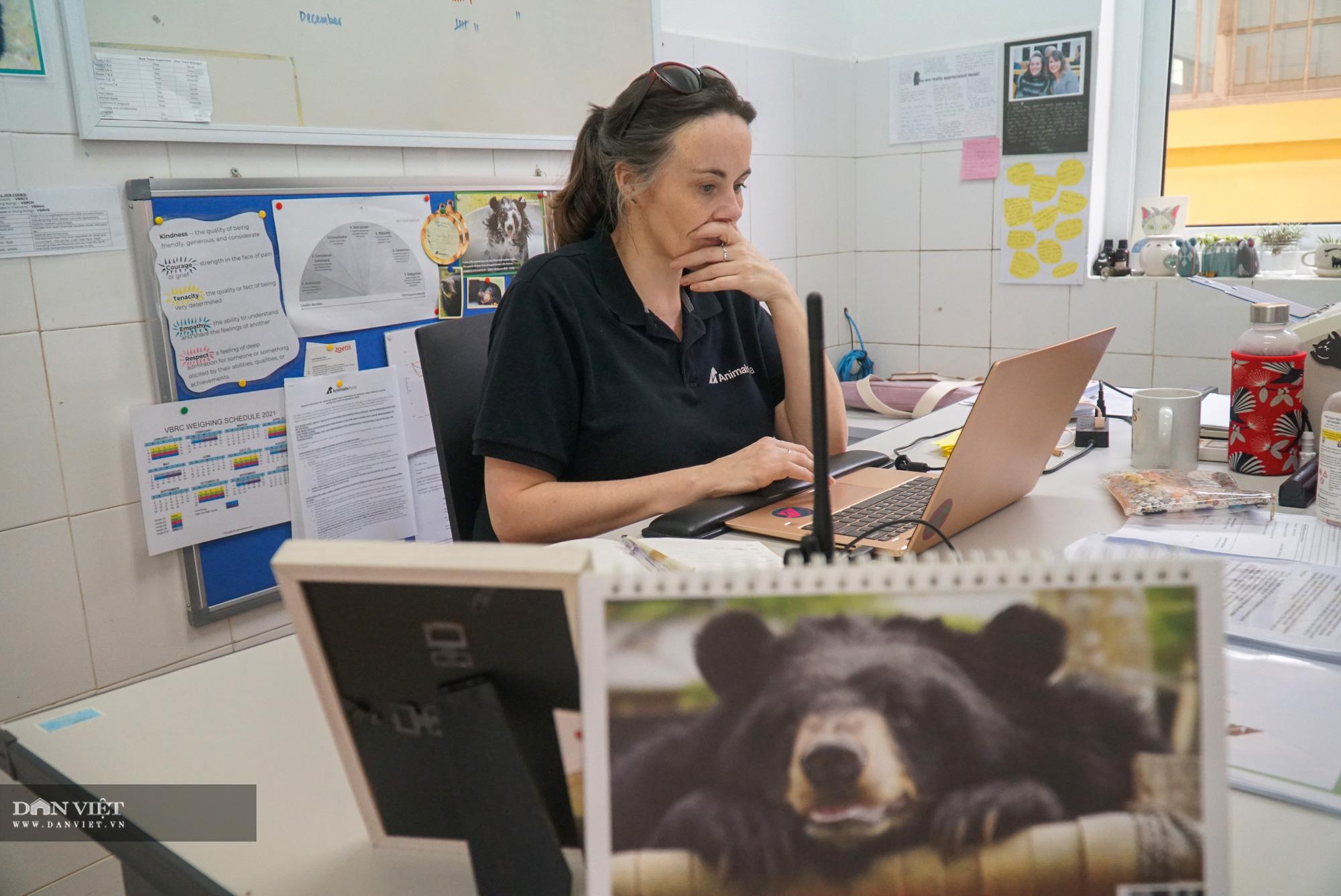 Chuyện về những người phụ nữ tâm huyết với nghề chăm sóc gấu - Ảnh 1.