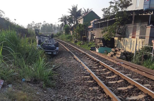 Ô tô vượt gác chắn tàu hỏa, 3 người trong gia đình thương vong - Ảnh 2.
