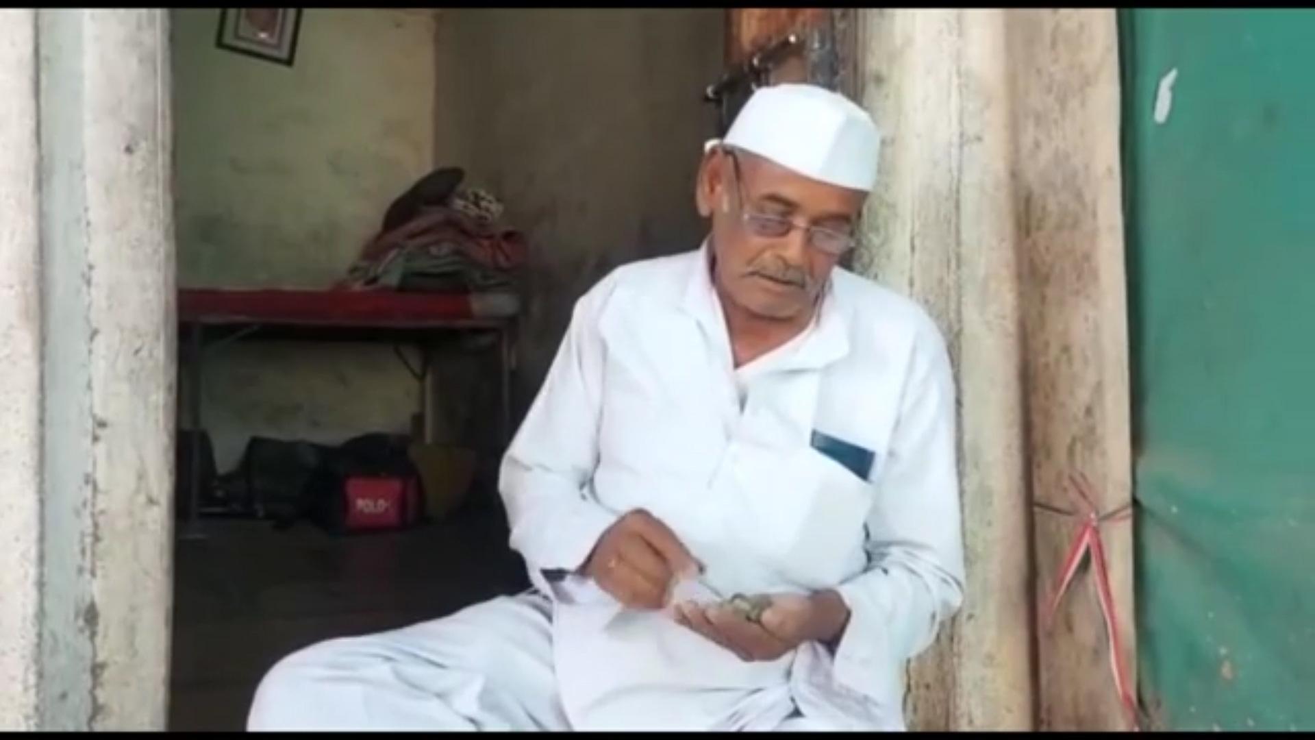 Video: Kỳ lạ, cụ ông 80 tuổi người Ấn Độ ăn hàng chục viên đá mỗi ngày? - Ảnh 2.