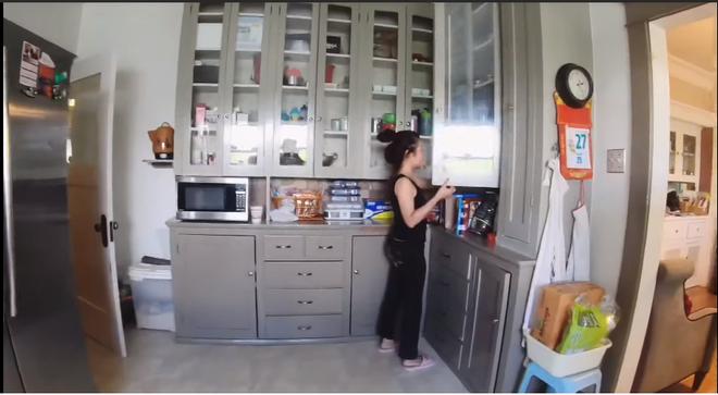Không gian bếp rộng lớn với đầy đủ các thiết bị và vật dụng.