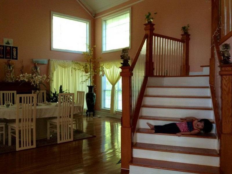 Thuý Nga vẫn giữ phong cách thiết kế mang chút Á Đông và cổ điển với cầu thang gỗ giản đơn hay màu vàng cam ấm nóng trong nhà.