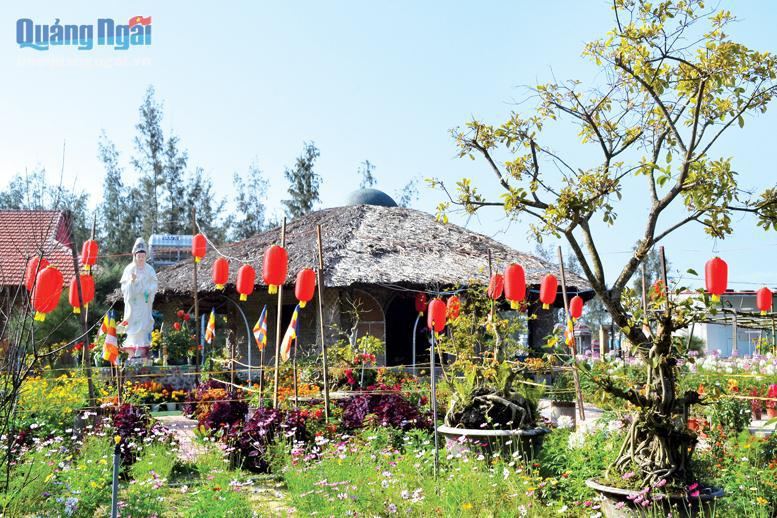 Quảng Ngãi: Bất ngờ đến ngôi chùa độc đáo có khách đường làm từ 50.000 chai nhựa, mái lợp lá dừa nước - Ảnh 1.