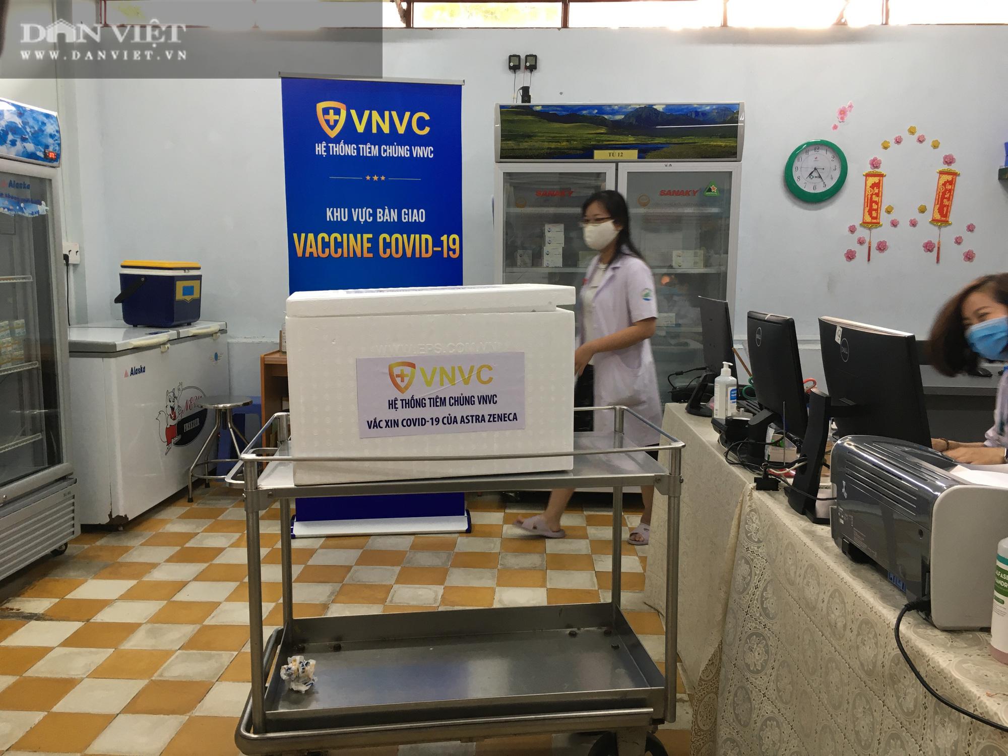 NÓNG: Cận cảnh lô vaccine Covid-19 tiêm đợt đầu tiên tại TP.HCM - Ảnh 10.