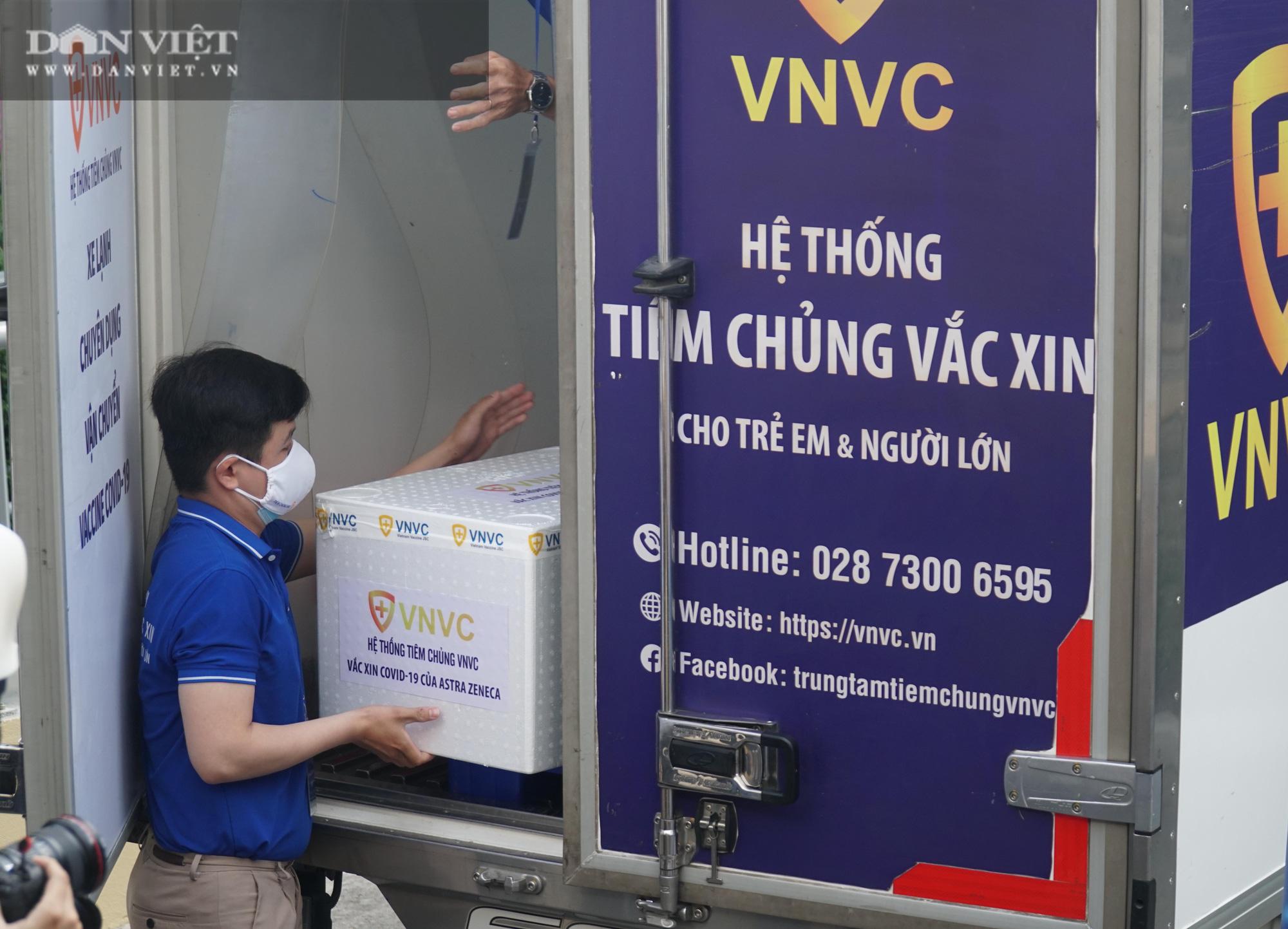 NÓNG: Cận cảnh lô vaccine Covid-19 tiêm đợt đầu tiên tại TP.HCM - Ảnh 7.